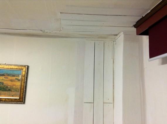 Потолок который я изучал каждую ночь. Интересно, это они выход на чердак замуровали?