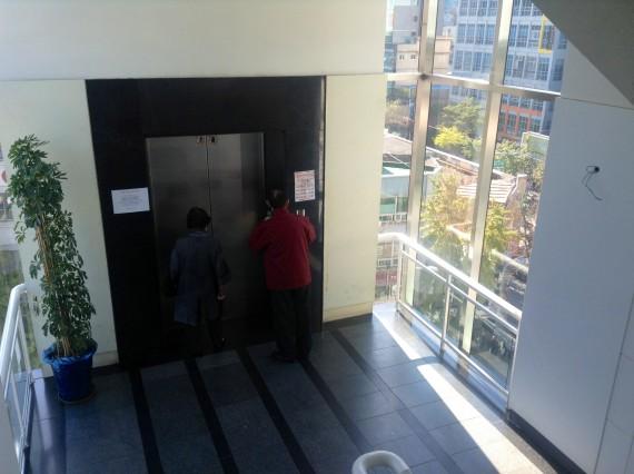 Конкуренты на вход в лифт!