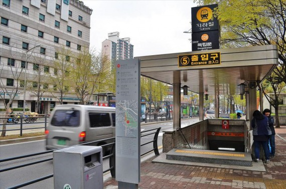 Спуск в метро. Сеул, Южная Корея