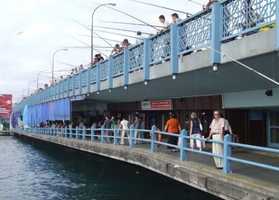 Галатасарайский мост. На первом ярусе рыбаки ловят, сдают улов там же, на втором ярусе