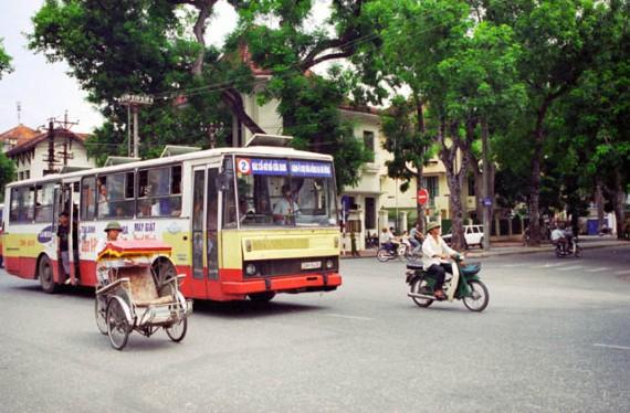 Автобус во Вьетнаме не тормозит на остановках. Обратите внимание на открытую дверь. Вот в нее вам нужно будет запрыгнуть на ходу
